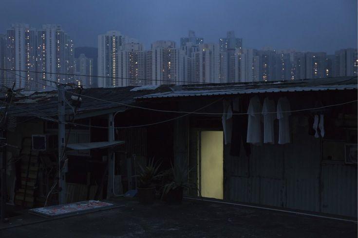 Mientras un nuevo líder territorial se prepara para tomar el cargo, la falta de vivienda sigue siendo uno de los mayores problemas sociales del centro financiero asiático. En la imagen, una choza ilegal en una azotea.
