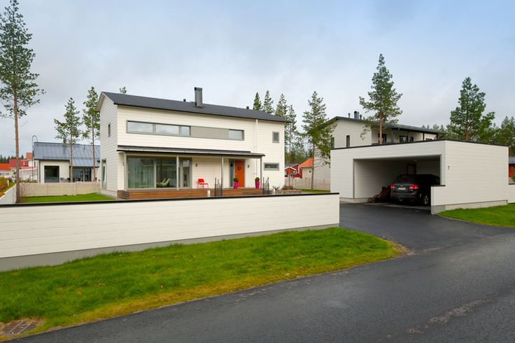 Muotojen harmoniaa: autotalli ja hirsipaneelista rakennettu aita ovat talon kanssa yhdenmukaisia. Pientalo ja piha 5/2015