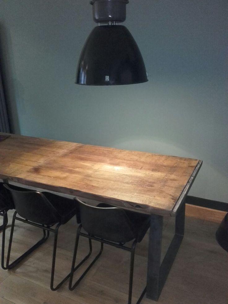 Mooie robuuste tafel van steenschotten met stalen triangel onderstel.
