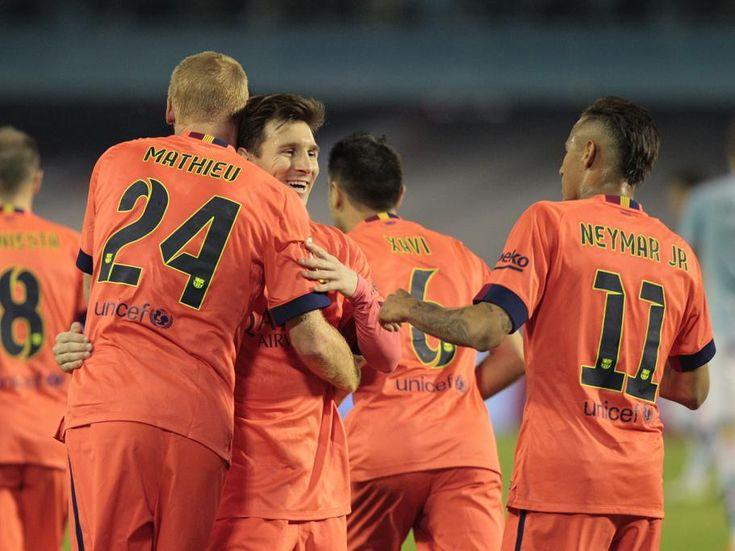 Los jugadores del Barça felicitan a Mathieu por su gol ante el Celta