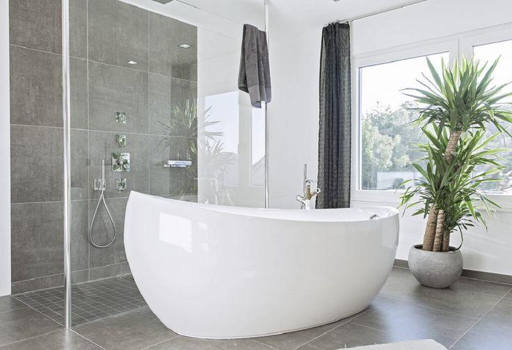 Badezimmer Ideen modern weiß grau City Life – Haus 250_WeberHaus – Bad freistehende Badewanne weiß Fliesen Bodenfliesen grau – Haus Ideen Grundrisse…