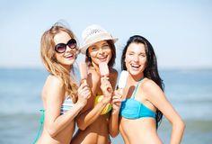 gelato bikini    Ragazze Che Prendono Il Sole Sulla Spiaggia Immagini Stock - Immagine ...