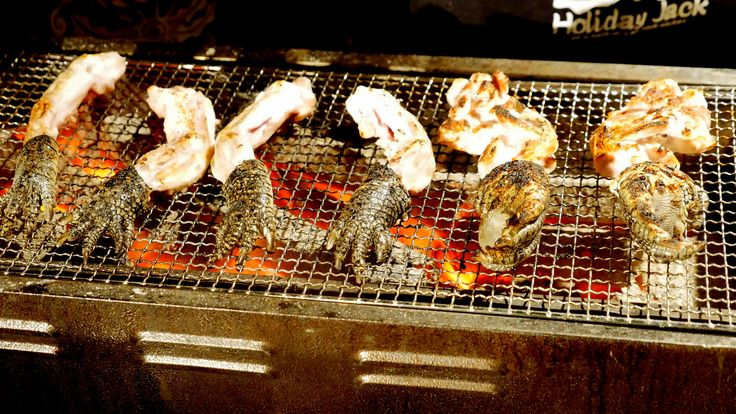 イノシシやシカの10倍うまい幻のジビエ肉「ムジナ(アナグマ)」のすき焼き専門店「むじなや」と同系列の「cafe BOHEMIA」で、ヤマガラスやワニの手足にウリボウ(丸焼き)などを焼き上げる、「ス