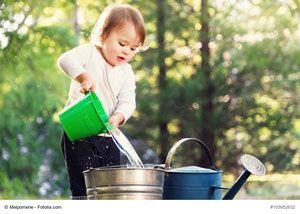 Wassererimer-Trampelweg für Kinder - Planschen und Spritzen im und mit Wasser macht allen Kindern großen Spaß. Dieses Vergnügen könnt ihr noch steigern, indem ihr Fühlerlebnisse einbauen.