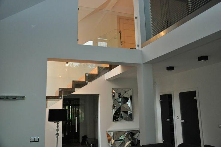 W przeszłości niewiele osób zwracało uwagę na schody. Miały one jedynie spełniać swoją funkcję użytkową – umożliwienie przemieszczania się pomiędzy kondygnacjami. Obecnie schody stanowią niezwykle istotny element wystroju wnętrza domu, czasem stanowiący wręcz jego centralny punkt. email: info@interior4u.eu