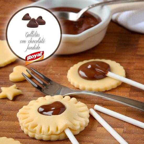 Con las cookies de Royal podrás hacer originales piruletas de galleta.  #Royal #RoyalPostres #Ideas #Decoración #DecoraciónPostres #chocolate #Milka #piruletas