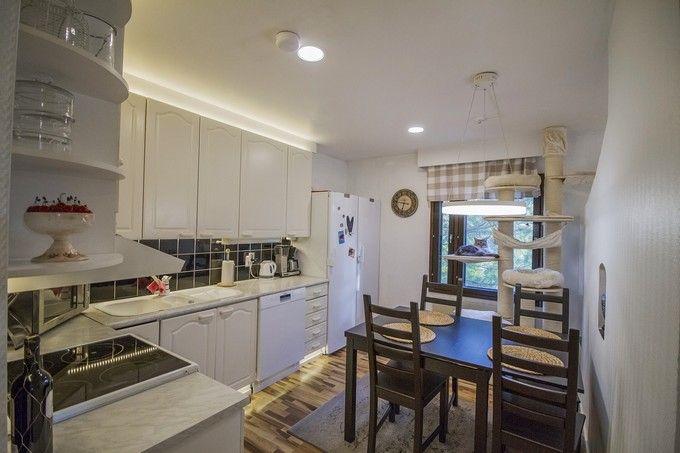 Indirect light gives kitchen a modern look. / Epäsuora valo antaa keittiölle modernin ilmeen. www.valaistusblogi.fi