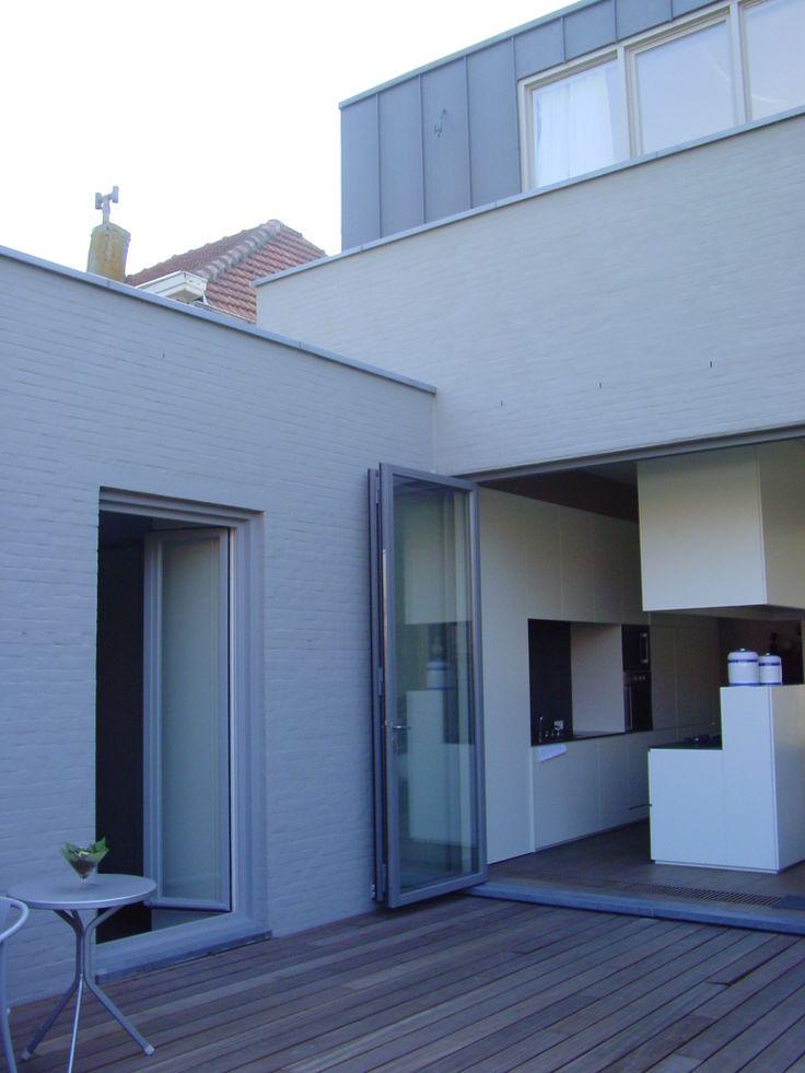 Een kleine uitbreiding achteraan het hoofdvolume herbergt de nieuwe centrale open keuken - Centrale design keuken ...