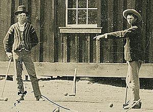 Detalhe de fotografia de feita em 1878 no Novo México, na qual Billy the Kid (esquerda) joga críquete – Reuters