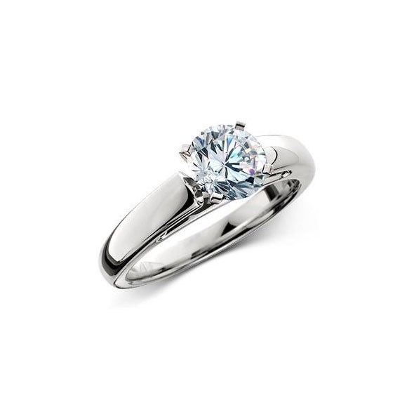 Solitario de compromiso de diseño, con un diamante en la parte central del diseño y una montura algo más ancha que los solitarios más comunes. Este modelo de solitario es ideal para todas aquellas mujeres que buscan un anillo de pedida cómodo, útil y sencillo, pero que a la vez les aporte un toque de glamour y de brillo a sus manos.