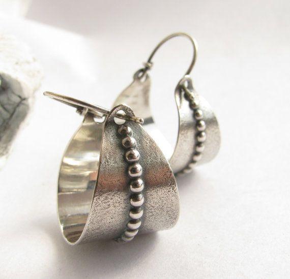 Sterling zilveren mand Earring Argentium oorbellen, metaalwerk Zilver Hoop Earrings, zilversmid sieraden, mand hoepels, eigentijdse oorbellen