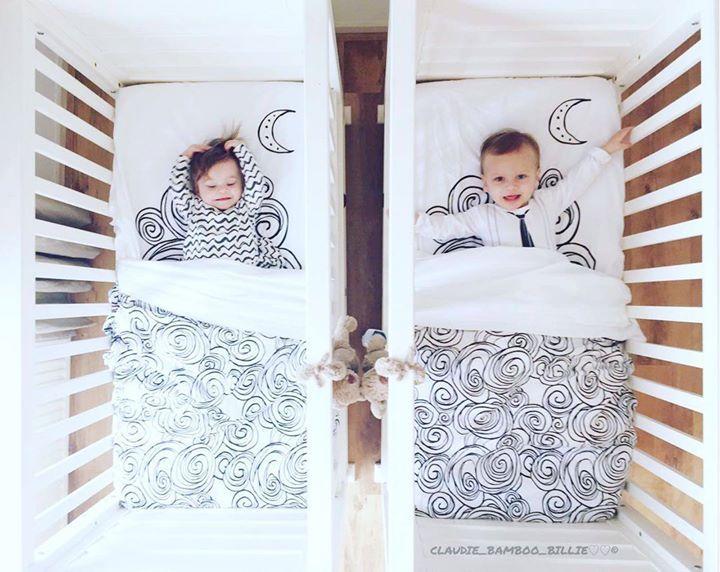 Tuck-Inn ledikantdekentje Moon zwart-wit €74.95 Heerlijk zachte all-season ledikantdeken van Witlof for kids. Dit Tuck-Inn® ledikantdekentje is van een zeer mooie kwaliteit en heeft bij het voeteneind elastiek in de hoeken. Zo past het zonder plooien strak om een matrasje en maak je een babybedje snel en eenvoudig op. Bovendien zorgt Tuck-Inn® ervoor dat zelfs onrustige slapertjes het dekentje niet los kunnen trappen. inspiratie kamertje. tweeling. piccredit @claudie_bamboo_billie (IG)