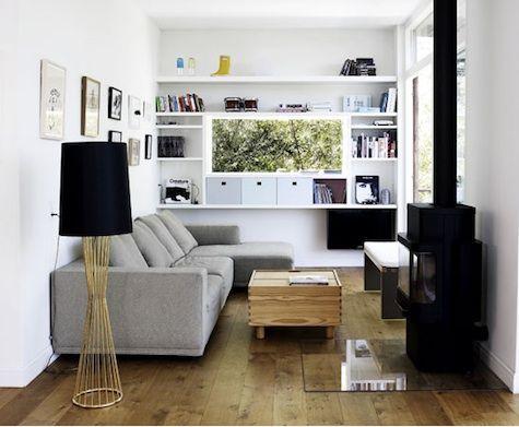 Mi sala es pequeña y tiene ventana. La esta al lado la cocina. El televisión es delante de el sofá greca. El suelo es madera y pared es blanca. Hay lampara negra y estantes cerca el ventana.