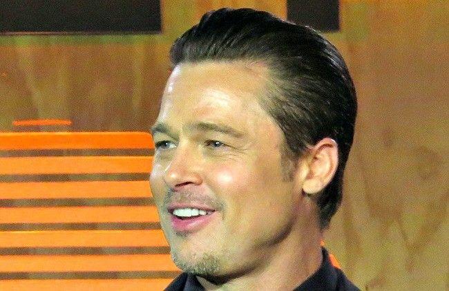 O Brad Pitt τραγουδά... Like a sex machine!