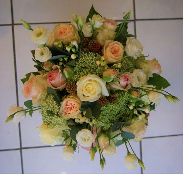 Bouquet de mariée champêtre rose clair, blanc et vert.