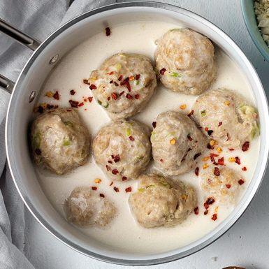 Kycklingfärs är magert och proteinrikt, tacksamt att smaksätta på asiatiskt vis med vitlök, salladslök, ingefära och chili. Rulla runda bollar av färssmeten och koka i en härlig kokosbuljong. Suveränt gott att servera med blomkålsris.