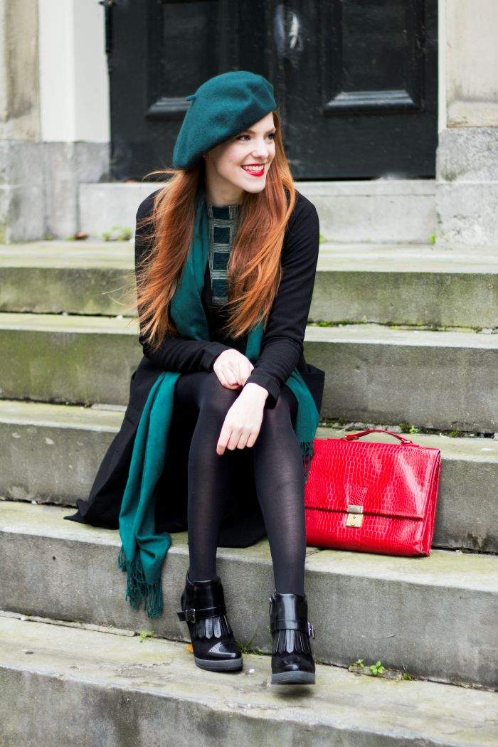 Retro Green Outfit Fashion Blogger with a Beret and Vintage Sweater