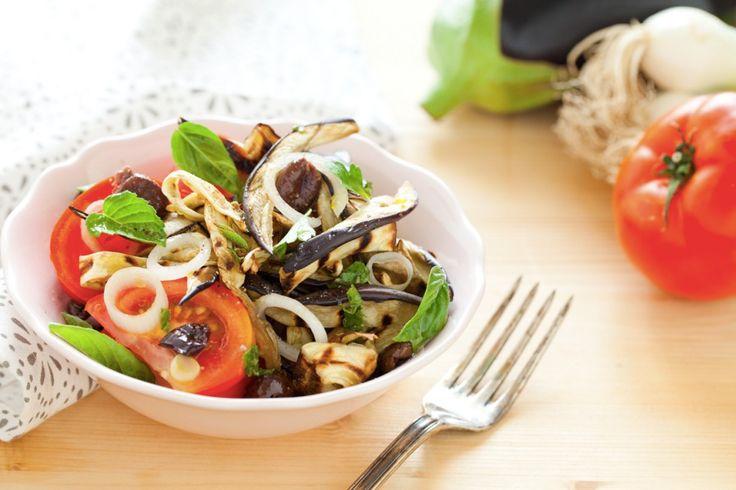 Come conferire un tocco insolito alle melanzane alla griglia? Utilizzandole per comporre una fresca insalata con pomodori tagliati in quarti, rondelle di cipollotto da condire con un'emulsione di olio, aceto, pasta d'acciughe ed erbe aromatiche. L'insalata di melanzane alla menta è un contorno estivo, veloce da preparare che può essere abbinato a carne o pesce alla griglia. Una possibile variante vede le melanzane grigliate in abbinamento a pomodori, mozzarella e prosciutto crudo. ESECUZIONE…