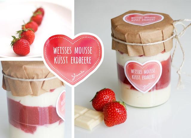 Erdbeer-Marmelade auf weissem Mousse