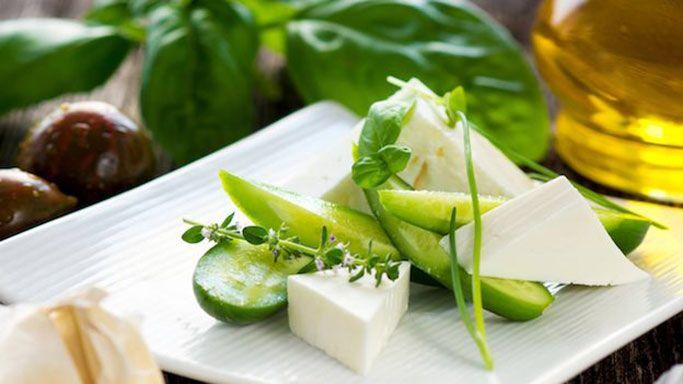 Insalata di cetrioli, feta e olive