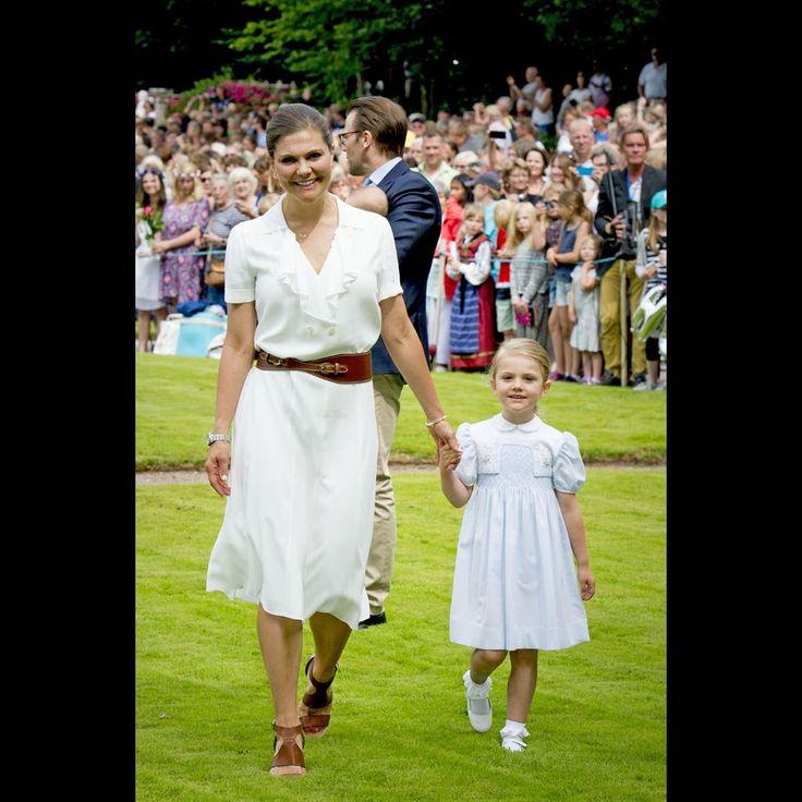 La future reine Victoria avec sa fille, la princesse Estelle, toutes les deux aussi jolies dans des robes claires