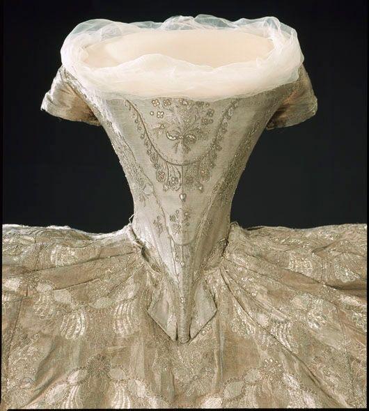 DESCRIPTION Korsett (liv) till hertiginnan Hedvig Elisabeth Charlottas (1759-1818) brudklänning från bröllopet med hertig Karl (XIII) i Stockholm den 7 juli 1774. NAME Ägare: Hedvig Elisabeth Charlotta av Sverige DATING 1774-07-07
