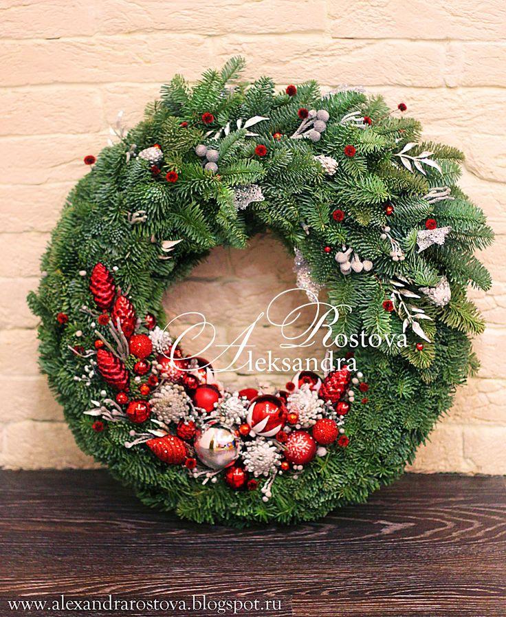 Новогодний венок на дверь. Диаметр 50 см, толщина 20см.  Ель величественная Нобилис, стеклянные игрушки, декоративные ветки и листья, краш...