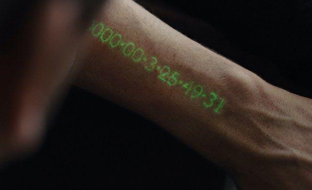 Se acerca un futuro con pantallas integradas en la piel   Planteadas muchas veces como una realidad del futuro las pantallas en la piel se van acercando a la realidad tecnológica del presente. Gracias a la evolución de los materiales y a mejoras en el consumo energético pronto podremos medir valores médicos y deportivos sin necesitar dispositivos externos.  In Time. New Regency.  Hace poco hablábamos de las posibilidades de un futuro pantallas en cualquier objeto pero costaba imaginar que…