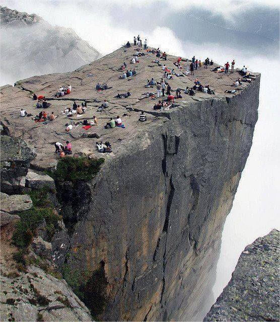 A szószék-szikla  A trollok nyelvétől félóra járásra keletre található a Preikestolen, vagyis a szószék-szikla. A Lysefjord a legdélebbi nagy fjord Norvégiában. A 40 kilométer hosszú fjordot meredek hegyek szegélyezik, néhány több mint 1000 méter magasba nyúlik.