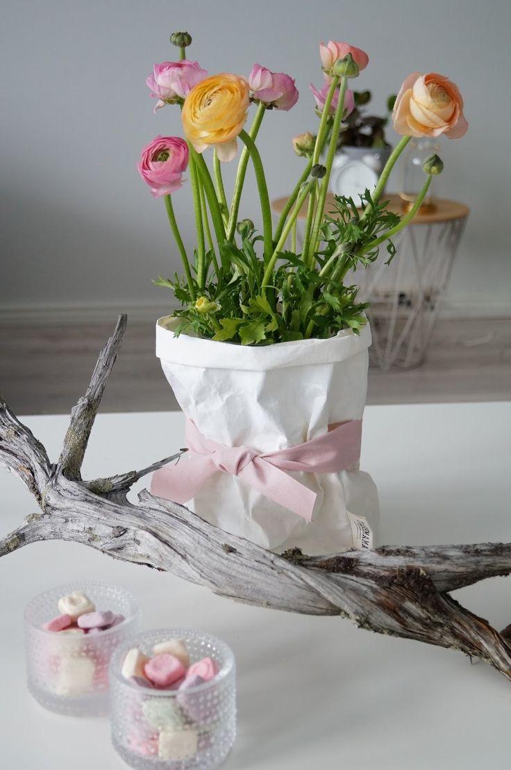 Kauniit hääpöydän koristeet via Valkoisen hunnun alla -blogi http://valkoisenhunnunalla.blogspot.fi/2017/02/miten-huomioida-vieraat-tarpeeksi-hyvin.html