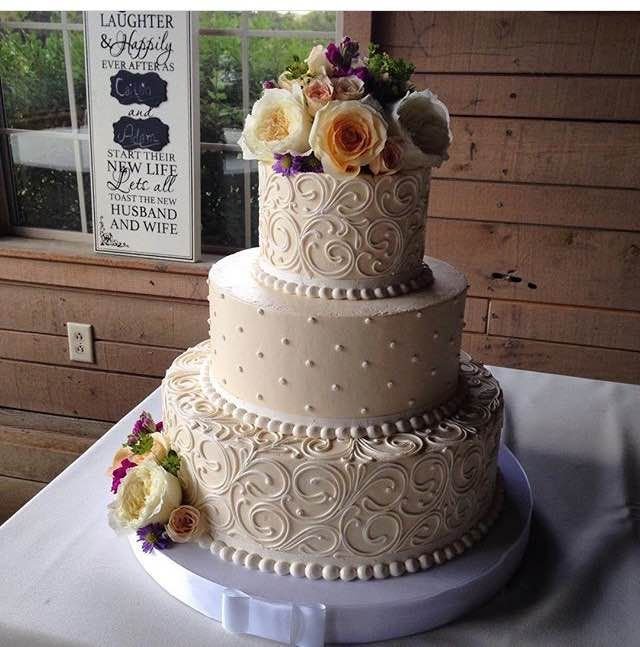 Sweet Little Clic Wedding Cake With Fresh Flowers
