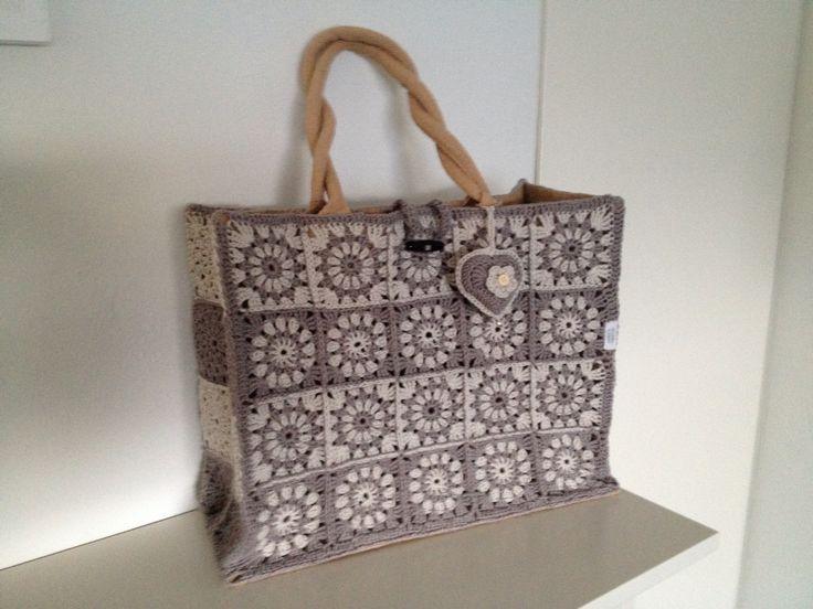 Deze AH jute tas gepimpt met granny squares van Phildar katoen, philcoton 3, met haaknaald 3. Leuk hartje erbij gemaakt.