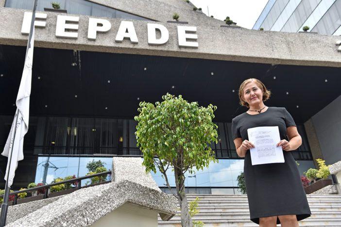 El Financiero ] CIUDAD DE MÉXICO * 01 de junio de 2017. Eva Cadena Sandoval, diputada local de Veracruz, acudió a la Fiscalía Especial para la Atención de Delitos Electorales (Fepade) a presentar una denuncia en contra de Morena, partido al que acusa del desvío de recursos públicos para...