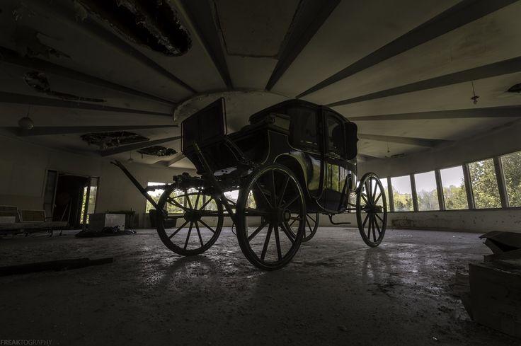 Un faible angle tiré d'un vieux chariot intérieur d'une maison abandonnée tout à fait unique avec un style gothique.