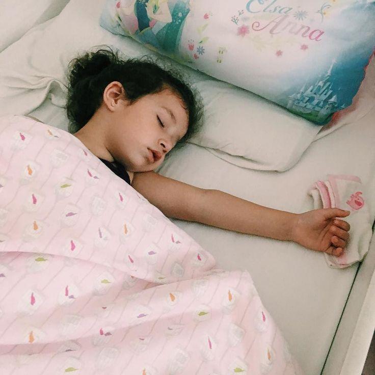 """O soninho da tarde...  Se eu tivesse que dar uma única dica de maternidade para uma futura mãe certamente seria """"sejam firmes para estipular rotinas""""! Desde que cheguei em casa com MH recém-nascida segui a risca horários estipulados para tudo: hora de mamar hora de dormir hora de banho... Como isso ajudou e ainda me ajuda! Claro que agora com ela maiorzinha há vários dias de exceção (dormir um pouco depois à noite e até pular o soninho da tarde) mas a regra ainda existe.  A criança chega ao…"""