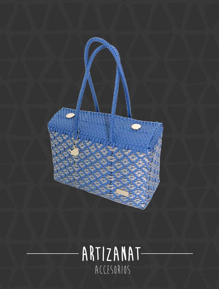 Azul como el color del cielo y la playa ¿qué tal este bolso juvenil hecho a mano? ¡Es her-mo-so!