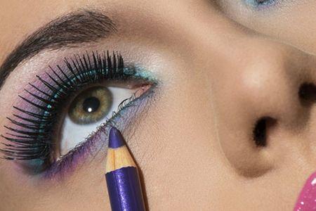 http://maquillajenocheydia.com/delineado-de-ojos/ Conoce ➨➨10 Tipos de Delineados de Ojos diferentes. (Estilo recto, alargado, raya doble, árabe, con contraste, pin up, artístico, pop color, interno y ahumado) ¡Aprende a hacer cada uno de ellos con nosotros! Descubre el vídeo tutorial paso a paso que tenemos preparado para ti. En esta ocasión nos hemos centrado en la mirada. Unos ojos bonitos y bien definidos pueden ser nuestro punto fuerte tanto para seducir como para vernos más atractivas…