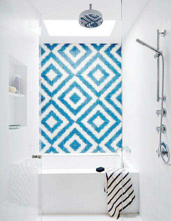 aktuelle Trends 2017 Badezimmerdesign  Fliesenwand gemusterte Fliesen weiß blau Akzent Hingucker