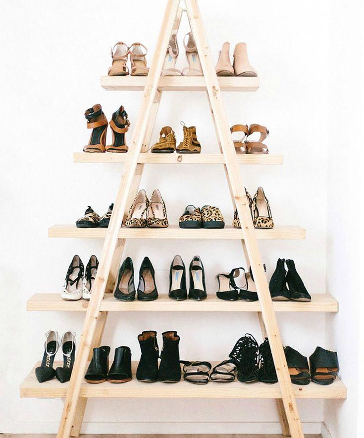 Ανοίξτε τη σκάλα σας, προσθέστε ράφια στα σκαλοπάτια και τοποθετήστε εκεί τα παπούτσια σας.