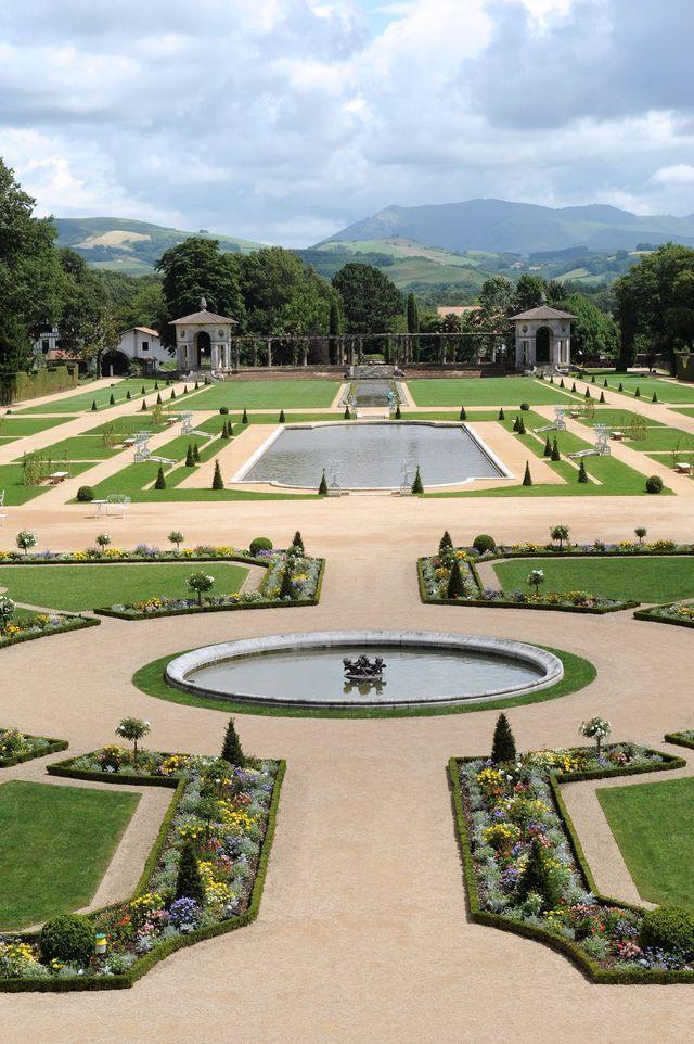 Les deux jardins à la française et à l'anglaise de la Villa Arnaga sont remarquables. L'un s'étend devant la villa et sa pergola (ici), l'autre se cache derrière elle.