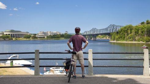 cycliste sur le bord de la Rivière des Outaouais
