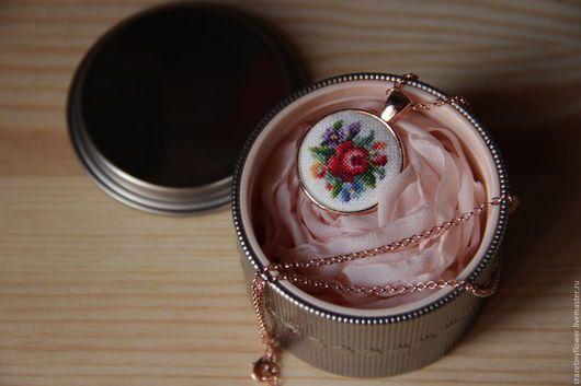 Kolye el yapımı.  Fuar Masters - el yapımı.  çiçekler mikrovyshivka el yapımı yuvarlak kolye satın alın.  El yapımı.  kombine