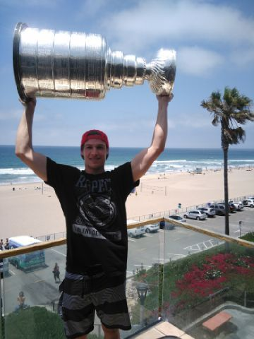 Hoisting it like a champion @penguins #stanleycup tour begins with Beau Bennett in California. @NHL @HockeyHallFame  via Philip Pritchard (@keeperofthecup) | Twitter