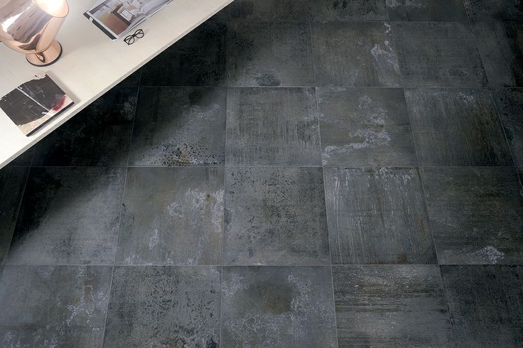 Exclusieve donkere metal vloertegels in 45x90, 60x60 en 30x60 met geoxideerde vegen en krijtachtige glans. Dus retro en modern gecombineerd (19-MB), Tegelhuys