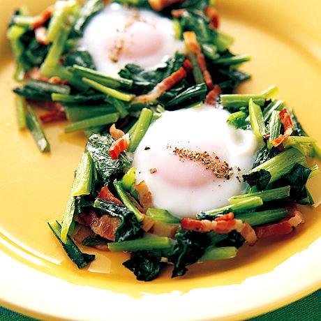 ベーコンと小松菜の巣ごもり卵 | 脇雅世さんの炒めものの料理レシピ | プロの簡単料理レシピはレタスクラブニュース