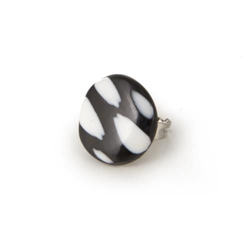 ANELLO FLAVIANA  -  Anello regolabile in metallo anallergico con top in corno con intarsi in resina.