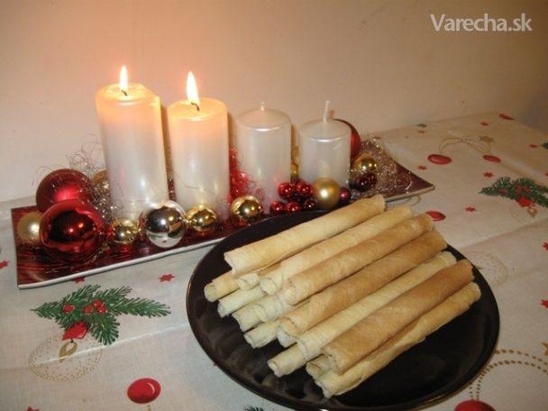 Toto bol prvý recept na vianočné oblátky, ktorý som vyskúšala po tom, ako som si pred  pár rokmi kúpila formu na výrobu oblátok. Recept sa osvedčil natoľko, že iný som už ani  neskúšala a pečiem ich každé vianoce- začať treba v predstihu, pretože prvá dávka  zmizne celá hneď po upečení...Keď ich pred Vianocami pečiem prvýkrát, deti stále chodia  do kuchyne, či nemám nejaké nepodarky...