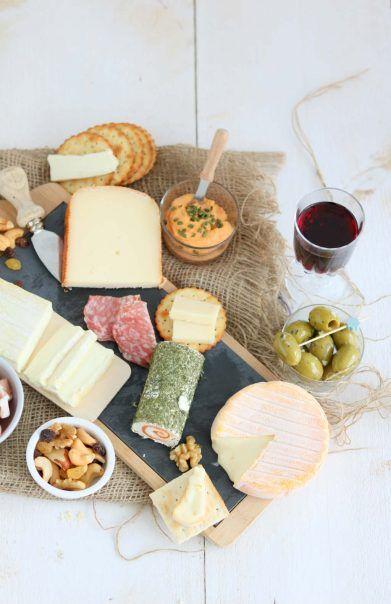 Feestelijke borrelplank met kaas, worst en wijn. Enne, ik geef je handige presentatie tips voor de borrelplank. #lekkeretenmetlinda #gathering #borrelen #kaas #cheese