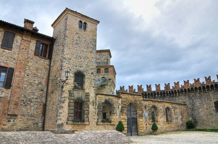 Castello di Vigoleno a Vigoleno. Tutte le informazioni necessarie per potervi visitare Castello di Vigoleno a Vigoleno, con la storia, le leggende e i misteri del Castello di Vigoleno a Vigoleno.