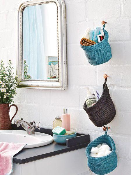 Auch am kleinsten Waschtisch hat frau gerne einige Dinge in Reichweite. Wattepads und Haarbürste wandern in schicke Körbe, die platzsparend an Wandhaken hängen.